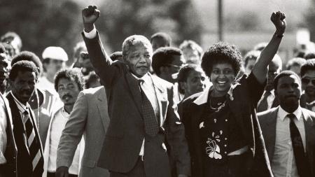 Nelson Mandela verlaat op 11 februari 1990 de Victor Verster-gevangenis samen met zijn echtgenote Winnie