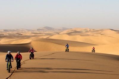 namibie rondreis swakopmund walvisbaai woestijn fietsen desert bike tour atuu travel afrika